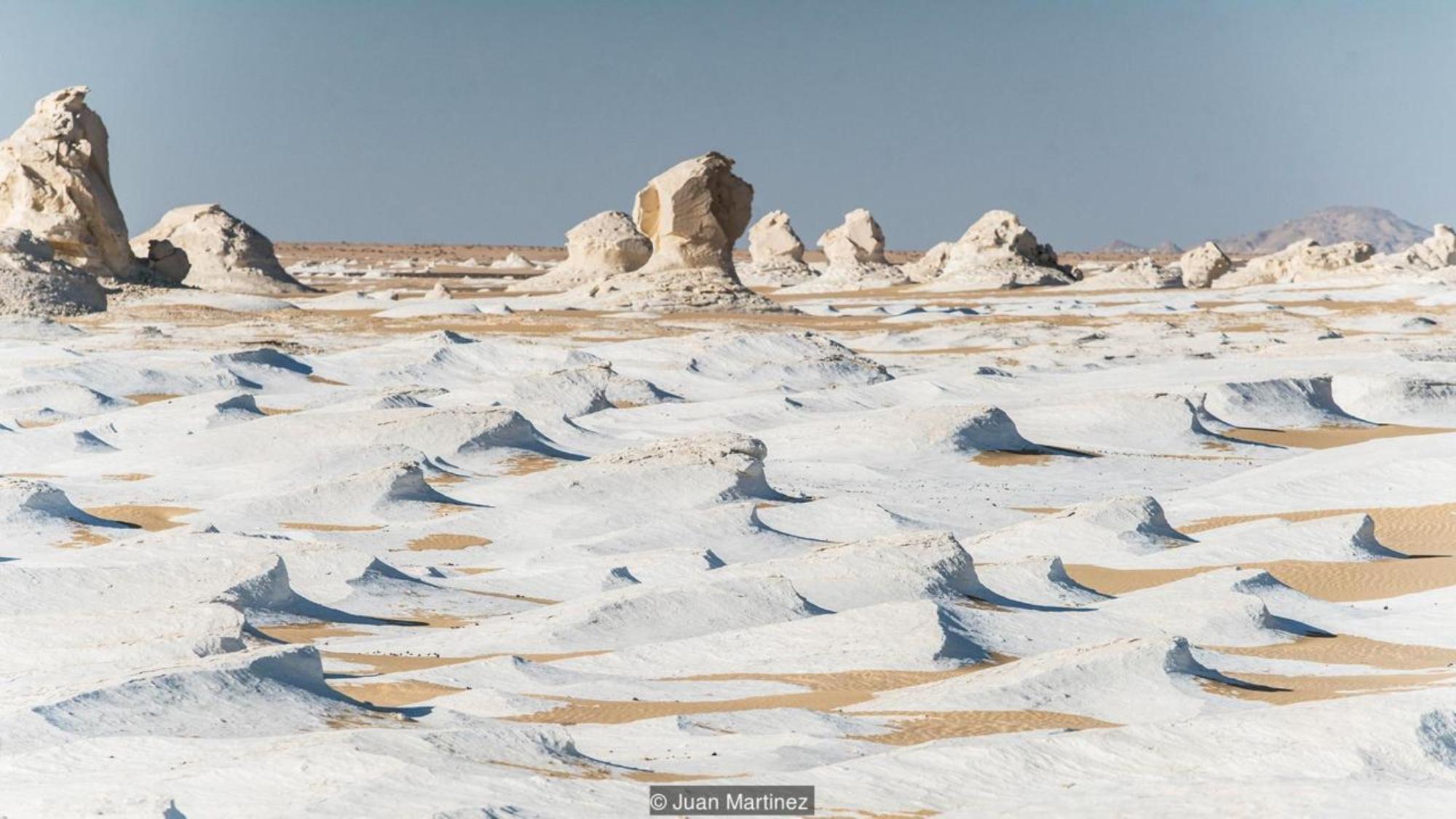 白色沙漠位於黑色沙漠西南約126公里處,是迄今為止西部沙漠最不尋常的自然景點。廣闊的蘑菇狀形狀和白色石灰石製成的海浪是自然奇觀,即使是最有經驗的旅行者也能驚嘆。  在三千萬年前的冰河時代之後,一次構造隆升形成了這些類似粉筆的露頭,自那時以來,無數的沙塵暴一直在塑造它們的形狀。(來源:胡安·馬丁內斯)