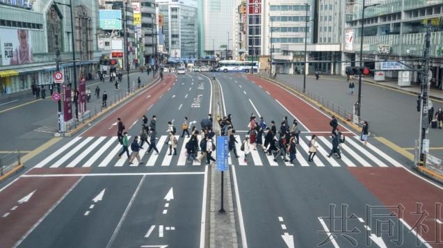 【共同社4月7日電】關於防止新型冠狀病毒疫情擴大,日本政府開始探討無關面積大小,把大學和學校、電影院、劇場、百貨店等作為可以基於7日發佈的緊急事態宣言,要求限制使用等的對象。小規模場所也包含在內。政府相關人士6日透露了該消息。鑑於大阪市發生了集體感染,Live House或許包含在內。