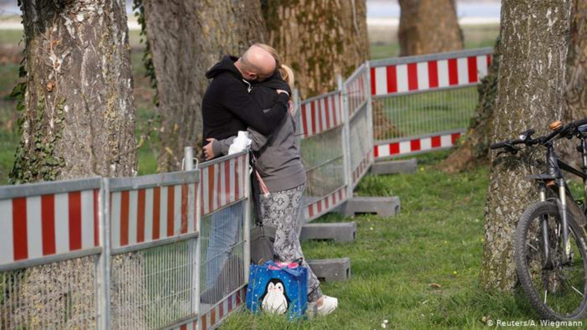 """重開邊境 5月16日起,德國重新開放與三個鄰國法國、奧地利和瑞士的邊境。過境口岸重新開放後只進行抽檢。不過,只有""""有充分理由"""" ,比如跨國情侶才被允許入境或過境德國。圖為一對在瑞士和德國邊境的跨國情侶。"""