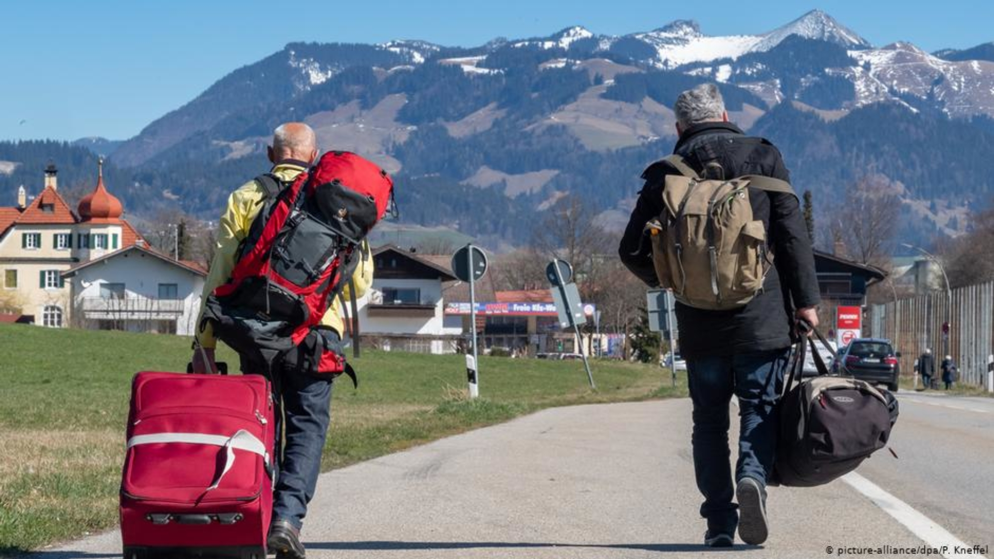3月16日起,德奧兩國間的鐵路交通大範圍停運。當天,兩名遊客從奧地利一側的Kufstein火車站徒步前往德國Kiefersfelden,希望能繼續搭乘德國列車