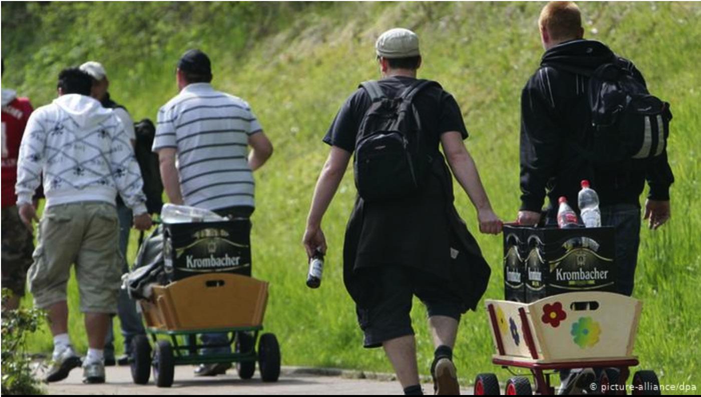 嬰兒車裝啤酒 穿著連體泳裝在街上晃?德國最狂父親節
