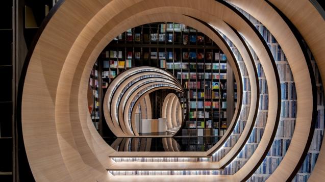 訪客穿越書本隧道©X + Living