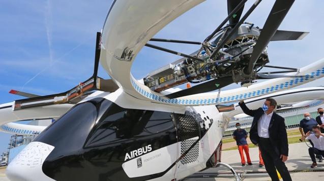 巴伐利亞州總理馬庫斯·索德(MarkusSöder)在首次公開試飛之後對CityAirbus進行了檢查Karl-Josef Hildenbrand / DPA / Picture Alliance / Getty Images