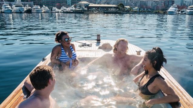 熱水浴缸船最多可容納6人©Hot Tub Boats