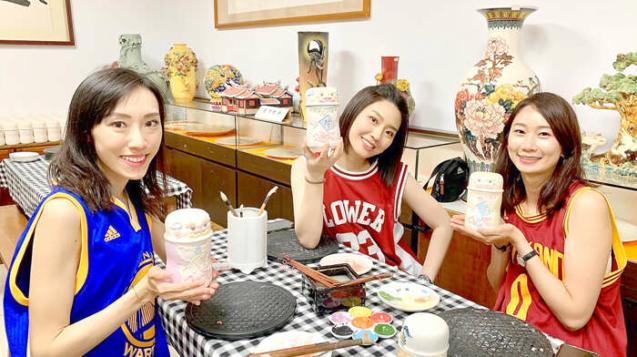 搶搭「百位空服員遊金門」風潮,金門陶瓷廠找空姐來幫忙行銷。(陶瓷廠提供) (1)